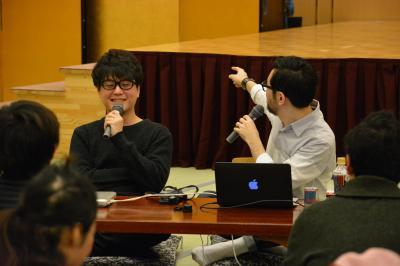 RAM RIDERさん(奥左)が放送するネットラジオ番組は人気が高く、熱海の温泉宿で開いたトークイベントは大勢のリスナーたちでにぎわった=2016年1月30日