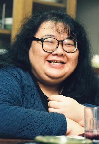 ケシゴム版画家のナンシー関さん=1994年11月12日