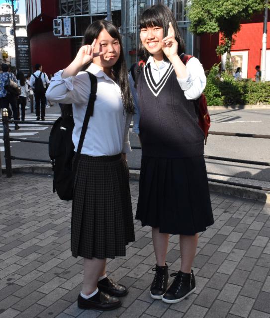 大阪市の女子高生。くるぶしが見える丈の靴下をはいています