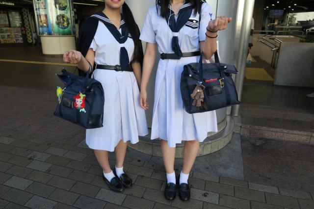 兵庫県西宮市の女子高生。こちらも短め靴下ですが、お嬢様風の独自の着こなしです