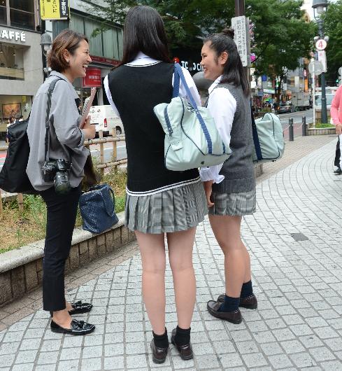 記者の取材を受ける「くしゅくしゅ」靴下の東京・渋谷の女子高生