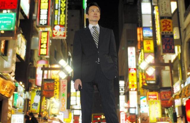 町を歩くと、呼び込みに立つ人たちから「李さん」と声がかかる=東京都新宿区の歌舞伎町で、2006年12月19日、福留庸友撮影