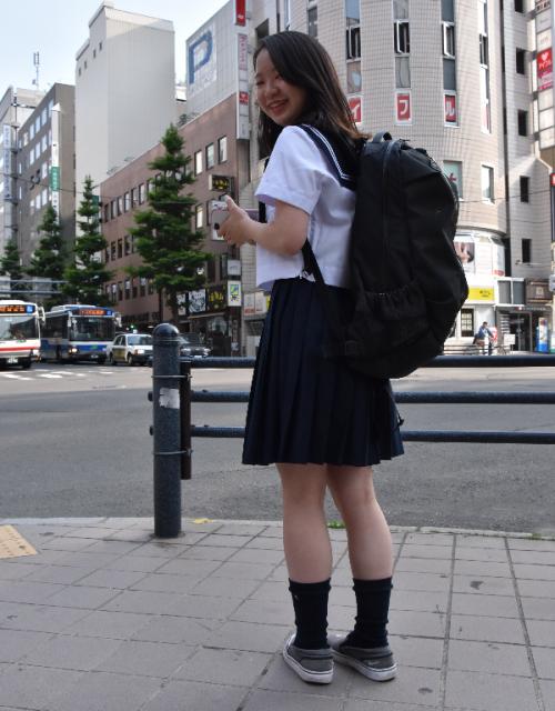 札幌の女子高生は、「学生バッグを持っている人はいない。黒いリュックがはやっている」と話します。