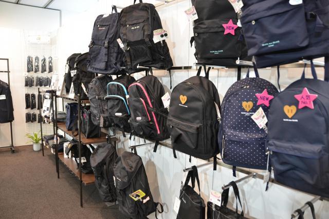 学生服メーカー「トンボ」の展示会には、リュックが並んでいました=7月5日、東京都千代田区
