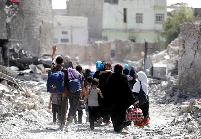 戦闘で破壊し尽くされたモスルの旧市街から避難する住民=2017年7月2日、杉本康弘撮影