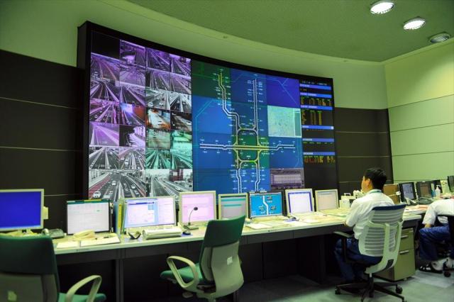 名古屋高速道路公社の交通管制室。猫発見の通報を受けると、道路の9割以上をカバーするカメラで位置を確認する