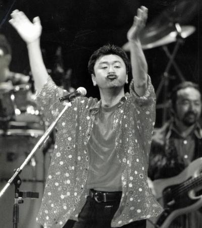 東京・日本武道館。ステージを駆け回りながら観客をあおるサザンオールスターズの桑田佳祐さん=1994年