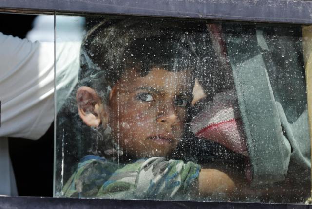 モスル旧市街から避難し、バスで避難民保護区へ向かう少年=2017年6月24日、杉本康弘撮影
