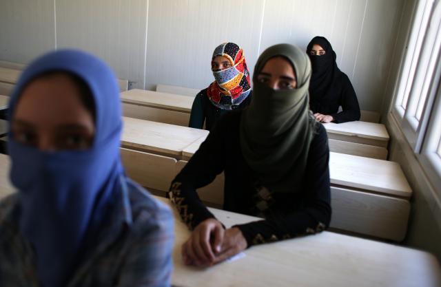 モスルでISの学校教育を受けていた女性たち。顔を覆っての撮影に応じた=2017年6月16日、杉本康弘撮影