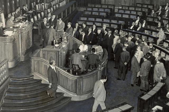 1967年、参議院本会議 健保法案の中間報告を求める動議を議題とする動議の採決の堂々めぐりで牛歩をつづける社会党議員