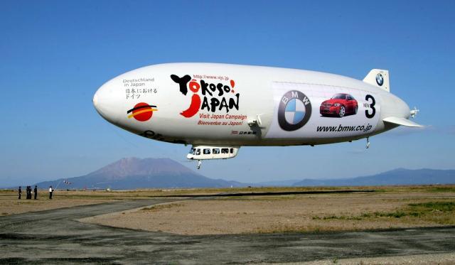 鹿児島市上空に飛来したツェッペリンNT号=2005年10月31日