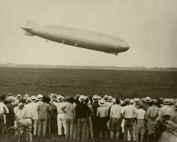 着陸直前のツェッペリン伯号と見学する人々=1929年8月19日