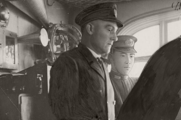 日本に向かうツエ伯号船上の無電室に立つ藤吉海軍少佐=1929年8月1日