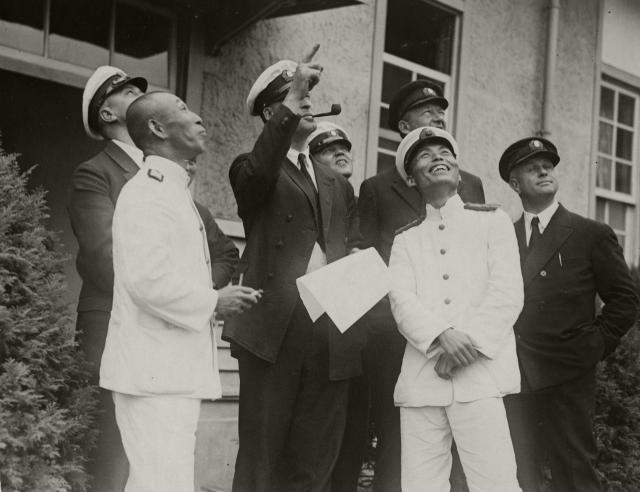 「ツェッペリン伯号」を見上げる霞ケ浦海軍航空隊幹部とドイツ人技術者ら=1929年8月19日
