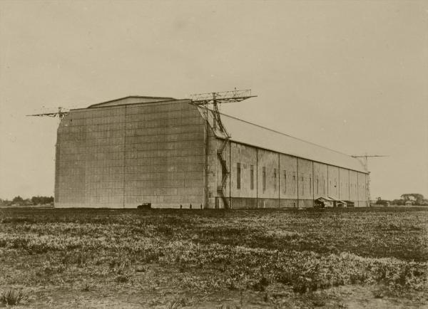 ツェッペリン伯号の着陸地に選ばれた霞ケ浦飛行場にある巨大格納庫。日本が第1次世界大戦で、ドイツから賠償戦利品として獲得した