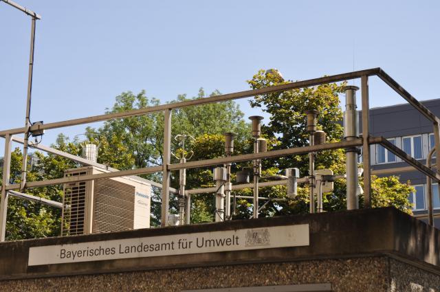 大気汚染監視小屋の上にずらっと並ぶ計測器