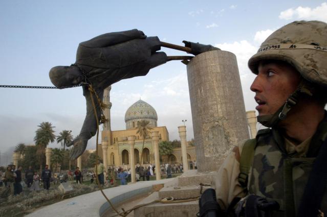 イラク戦争でアメリカ軍らが制圧したバグダッドで、引き倒されるサダム・フセイン大統領(当時)の銅像=2003年4月9日