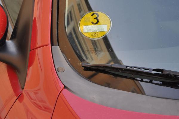 アルファロメオに貼られた黄ステッカー。中心部には、歩くか公共交通機関を使わないといけない