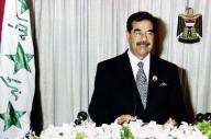 国民に演説をするイラクのサダム・フセイン大統領(当時)=2002年8月8日