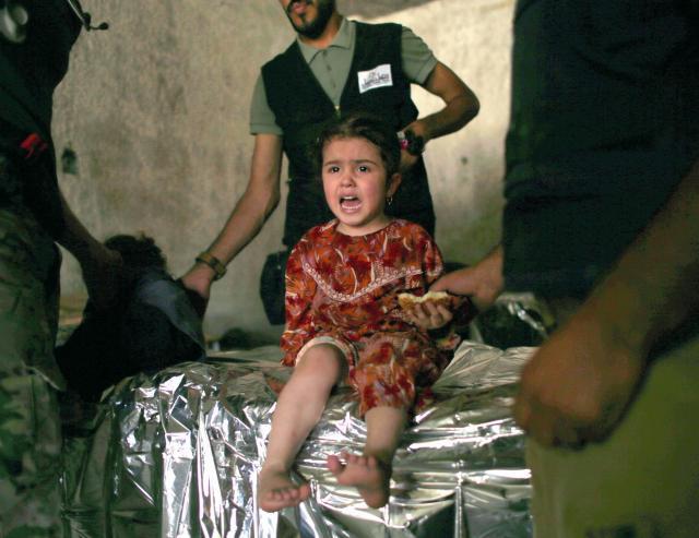 戦闘が続くモスルの旧市街から避難し、健康状態を調べるため、救護室に運ばれた女の子=2017年6月23日、杉本康弘撮影