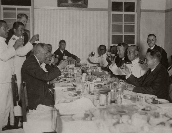 シベリア経由で無着陸で日本に飛来したツエ伯号は、米国に向けての太平洋横断飛行の準備が整い、霞ケ浦海軍航空隊が離陸地の霞ケ浦で乗員の歓送会を催した=1929年8月22日