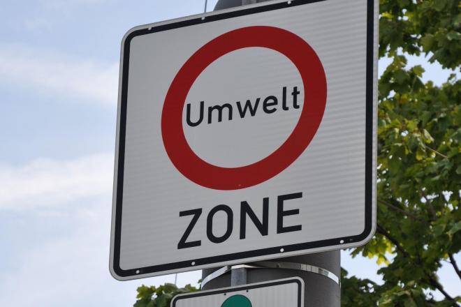「環境ゾーン」と表示された看板。ここから先は、一定の排ガス基準を満たした車以外は入れない=ドイツ・ミュンヘン