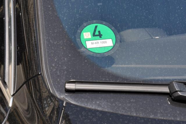 駐車中の車に貼られた緑ステッカー。これがないと「環境ゾーン」に入れない