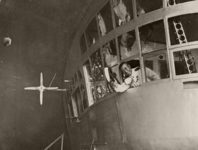 「ツェッペリン伯号」で乗り込む草鹿航空参謀。太平洋横断飛行で米国に向かった=1929年8月21日
