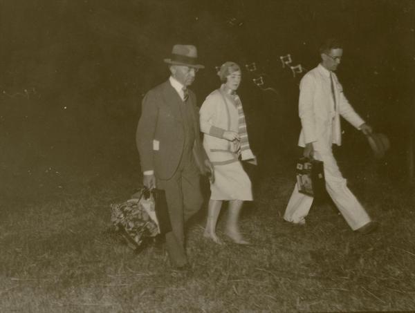 海軍霞ヶ浦飛行場に到着したツェッペリン伯号の搭乗者=1929年8月19日