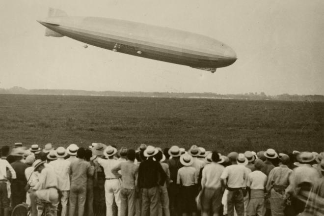 着陸直前のツェッペリン伯号と見学する人々=1929年8月19日、朝日新聞