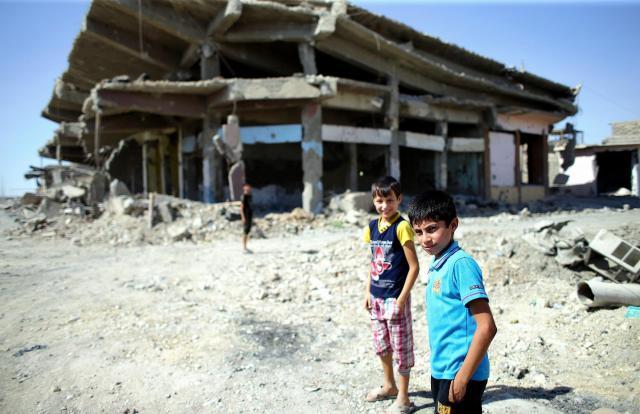 激しい戦闘で破壊されたモスルの中心部を歩く子どもたち=2017年6月23日、杉本康弘撮影