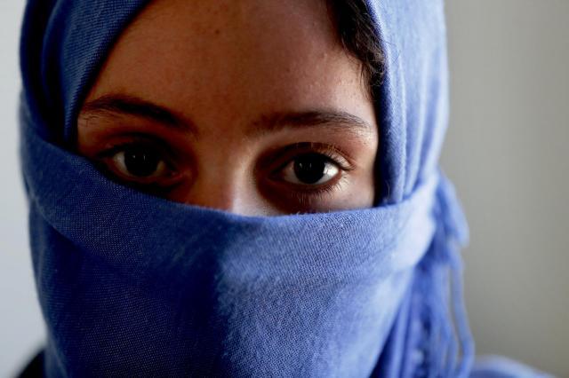 モスルでISの学校教育を受けていた女性。今もISを恐れており、顔を覆っての撮影に応じた=2017年6月16日、杉本康弘撮影
