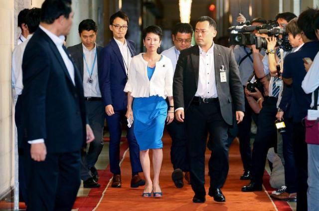 辞任表明のための記者会見場へ向かう民進党の蓮舫氏(中央)=2017年7月27日、国会内、岩下毅撮影
