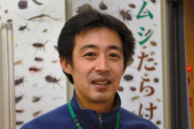 「カメムシのにおいを嗅ぐだけで大体の種類が分かる」という伊丹市昆虫館の学芸員、長島聖大さん=伊丹市昆虫館