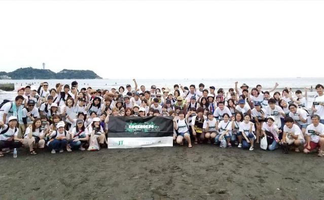 湘南で行われた海岸のゴミ拾いのボランティアプログラム。ほとんどがボランティア初経験者だった