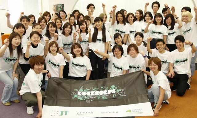 参加者と一緒にボランティアプログラムに参加した歌手のmiwaさん(中央)。RockCorpsは、出演アーティストも全員4時間のボランティアを経験する