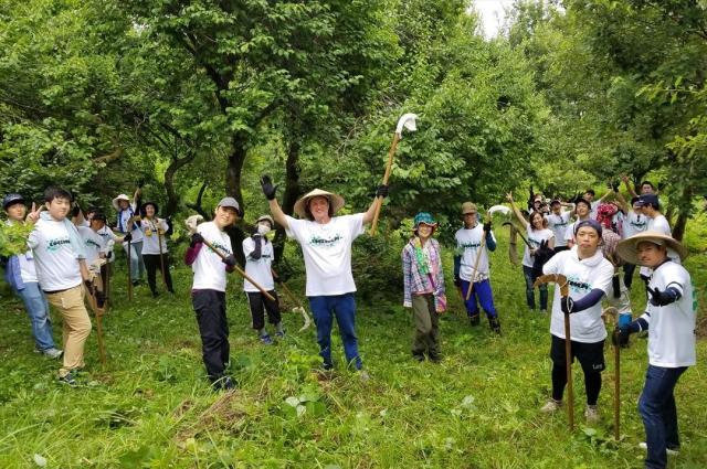 今年のボランティアプログラムの参加者たちとスティーブンさん(中央)