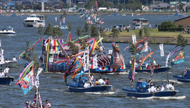 12年ぶりの鹿島神宮御船祭で鰐川を進む船団=2014年9月2日