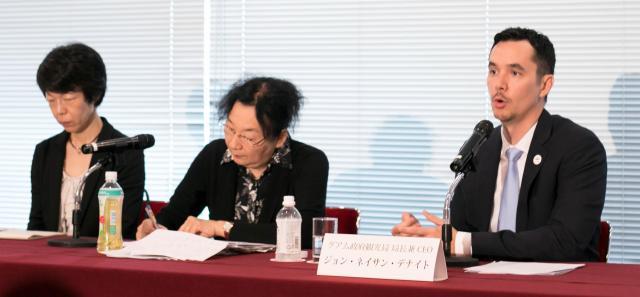日本がナンバーワンの顧客と会見で語るグアムのデナイト観光局長(右)=2017年8月21日、東京都千代田区