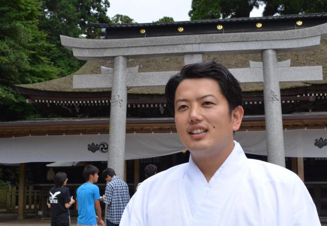 鹿島神宮の権禰宜、檜山真一さん=茨城県鹿嶋市、野口みな子撮影