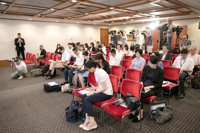 グアム観光局長の会見には多くの日本の報道陣が詰めかけた=2017年8月21日、東京都千代田区、いずれも野上英文撮影