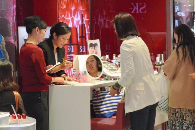 外国人観光客らでにぎわうデパートの化粧品売り場