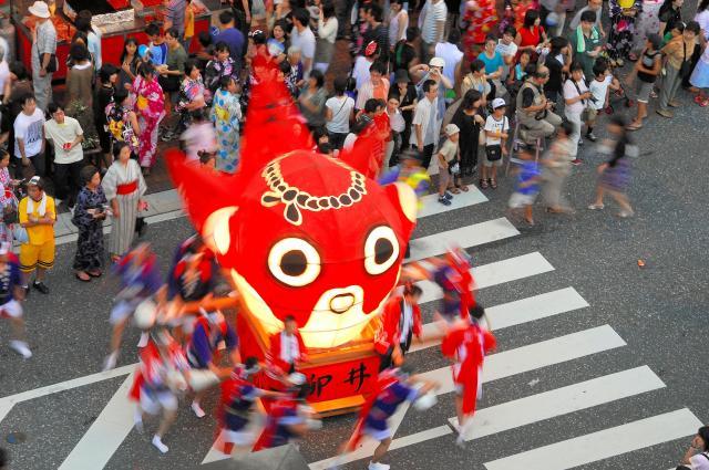 「柳井金魚ちょうちん祭り」の様子。金魚ねぶたが運行される=柳井市提供