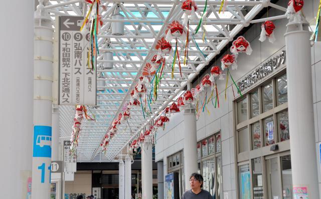 JR青森駅前のバス乗り場では、大量の金魚ねぶたが旅行者を迎えている=青森市