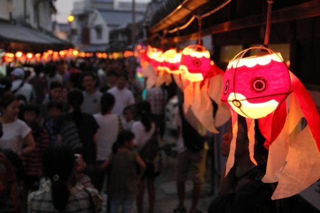 山口県柳井市の「柳井金魚ちょうちん祭り」で並んだ金魚ちょうちん。赤白が基調だ=柳井市提供