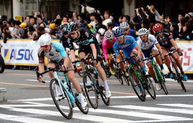 「ツール・ド・フランスさいたまクリテリウム」のメインレースで熱戦を繰り広げる選手たち=2016年10月29日、さいたま市中央区、角野貴之撮影
