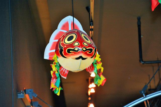 青森市の「ねぶたの家ワ・ラッセ」に飾られている金魚ねぶた。荒く描かれたうろこ模様が特徴的=青森市