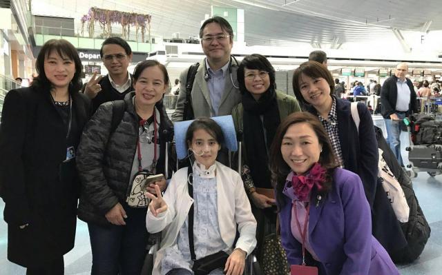 大井医師(中央後ろ)に付き添われ、今年4月、タイに帰国するワンウィサさん