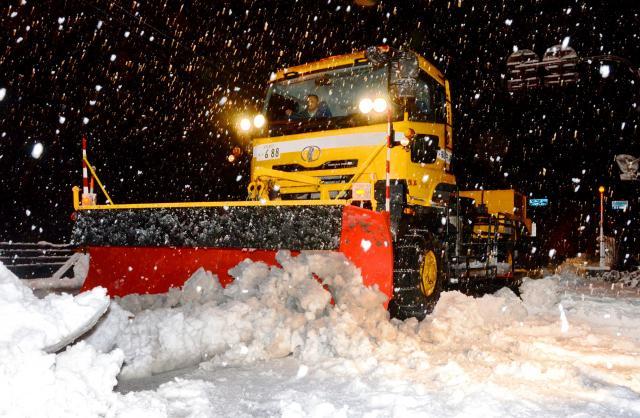 国道157号の除雪=2011年、福井県勝山市