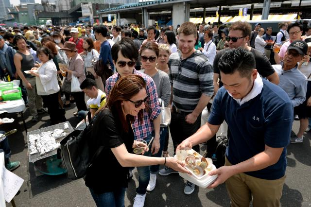 日本を訪れる外国人観光客は増えている=2016年5月3日、東京都中央区築地